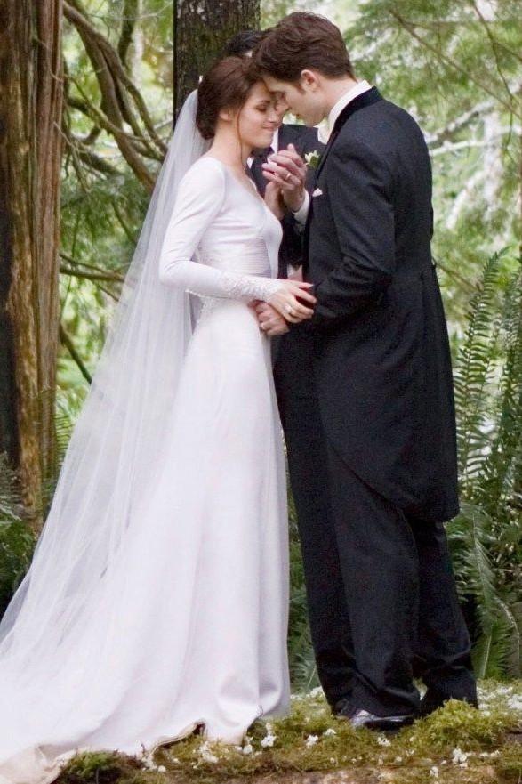 Kristen stewart long sleeves wedding dress in twilight kristen stewart long sleeves wedding dress in twilight movie junglespirit Images