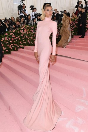 Hailey Bieber Blushing Pink Backless Dress Met Gala 2019 Carpet  (1)