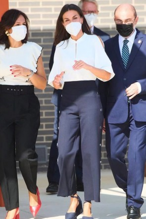 Kate Middleton White Cold Shoulder Blouse & High waist Buttoned Trousers Suit