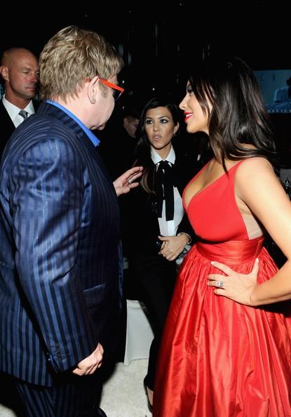 Kardashian Elton Abendkleid Johns Oscars Party Kim Rot D9eIYWEH2