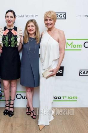 Joanna Cassidy weißes One-Shoulder-Abendkleid Staffel 3 Premiere von Odd Mom Out