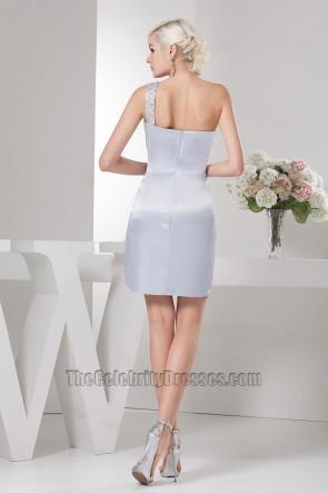 Wunderschönes kurzes silbernes Cocktailkleid mit einer Schulter