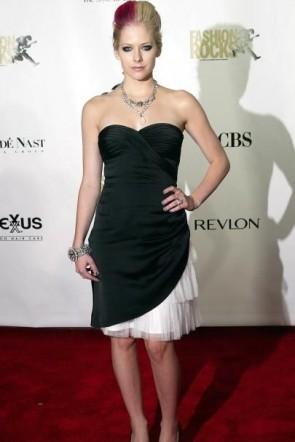 Avril Lavigne weißes und schwarzes trägerloses Cocktailkleid