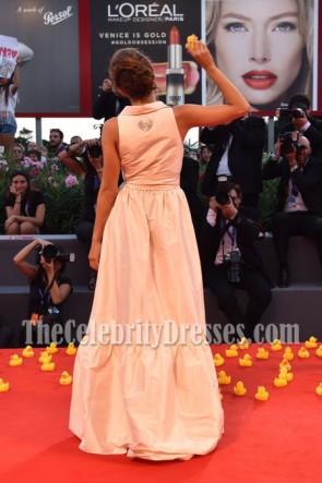 Blu Yoshimi Elfenbein Deep V Ballkleid 73. Venedig Film Festival