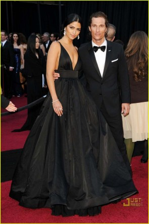 Camila Alves 2011 Oscar Schwarzes V-Ausschnitt Formales Kleid Roter Teppich Ballkleid