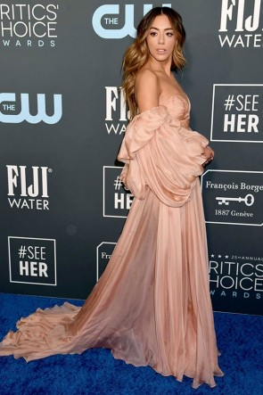 Chloe Bennet schulterfreies Abendkleid mit Ärmeln 2020 Critics 'Choice Awards