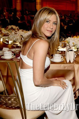 Jennifer Aniston weißes Abschlussball-Kleid 40. AFI Leben-Leistungs-Auszeichnung, der Shirley MacLaine ehrt