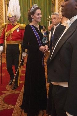 Kate Middleton Abendkleid aus schwarzem Samt mit Ärmeln TCD8795