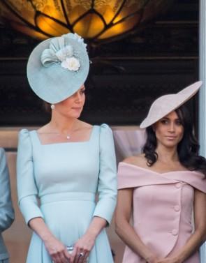 Kate Middleton Elegantes Plissee-Kleid mit quadratischem Hals
