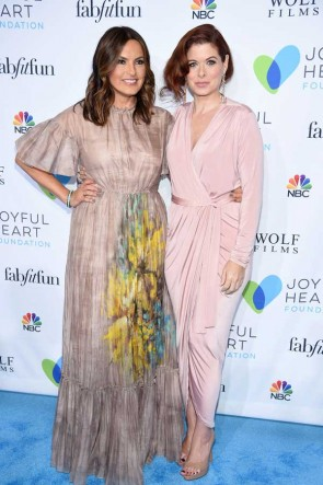 Debra Messing Pink Jersey Langarm Wrap Party Kleid Joyful Revolution Gala