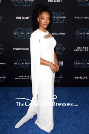 Naomi Ackie weiß ausgeschnittenes Abendkleid mit Umhang