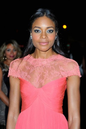 Naomie Harris Rosa Abendkleid Oxfam Charity Gala Roter Teppich