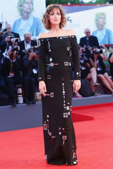 Dakota Johnson Robe de Soirée Perlée Noire 'A Bigger Splash' 72e Mostra de Venise