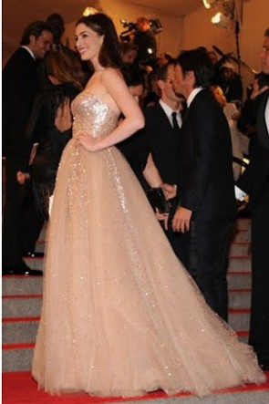 Anne Hathaway Bretelles Or Robe De Bal Sequin Met Ball 2010 tapis rouge