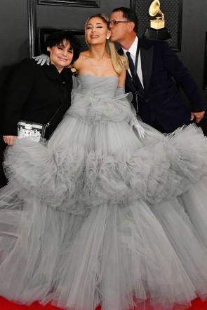 Ariana Grande robe de bal sans bretelles grise 2020 Grammys Red Carpet TCD8839