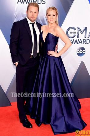 Kellie Pickler bleu foncé bleu robe sans bretelles formelle tapis rouge CMA 2015