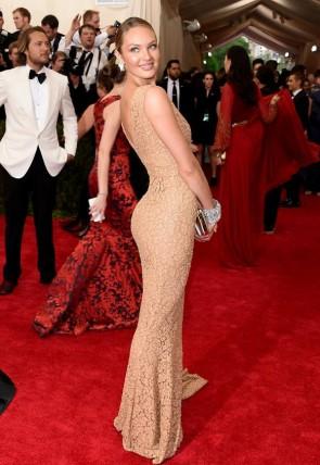 Candice Swanepoel Champagne voir à travers robe de soirée en dentelle Met Gala