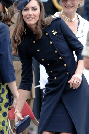 Kate Middleton - Robe manteau boutonnée en laine bleu marine