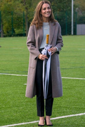 Manteau en laine Kate Middleton visitant l'Université de Derby 2020
