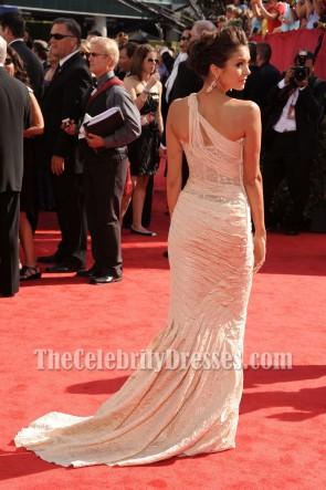 Nina Dobrev Une robe formelle d'épaule 62e Emmy Awards