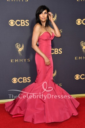 Padma Lakshmi bretelles sirène robe de bal Emmy Awards Red Carpet 2017