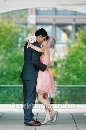 Rachel McAdams courte robe de mariée rose dans le film