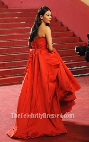 Zhang Yuqi robe de bal rouge 'Soshite Chichi Ni Naru' Festival de Cannes Premiere