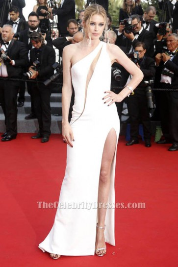 Doutzen Kroesのセクシーな白のイブニングドレスの頭の高いプレミア2015年カンヌ映画祭