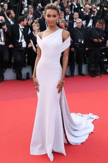 """ジャスミンは、 """"Beguiled""""カンヌ映画祭プレミアイブニングドレスを引き継ぎます"""