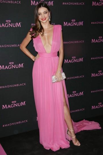 Miranda Kerrピンクのイブニングドレスマグナムピンクとブラックの発売