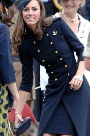 ケイトミドルトンネイビーブルーウールボタンコートドレス