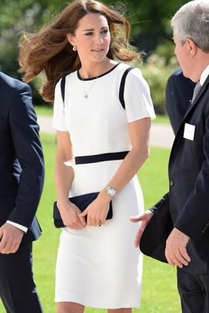 ケイトミドルトンエレガントな膝丈白と黒のカクテルドレス