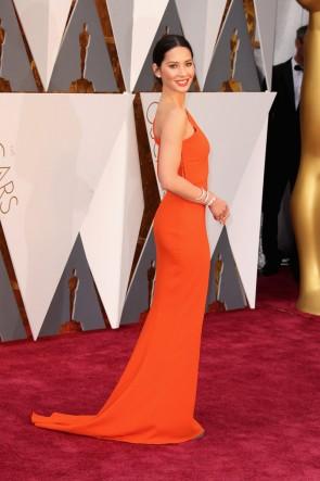 Olivia Munn オリビア・マン 2016オスカーアカデミー賞オレンジワンショルダーウエディングドレス